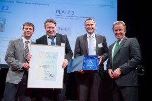 Félicitations! L'équipe Gutermann (droite à gauche: Dr. Andreas Traub - CTO, Jens Herzberg - Ventes Allemagne, Simon Fechter - Product Manager Fixed Network Monitoring) avec le ministre d'Environnement Franz Untersteller.
